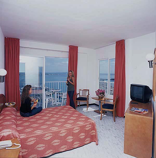 Palma de mallorca hotels hotel horizonte vacaciones for Habitaciones familiares vacaciones